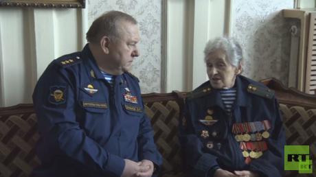 الجنرال فلاديمير شامانوف مع المُحاربة غالينا بوليدوروفا