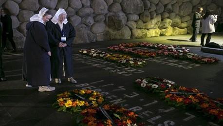 إسرائيليون يحيون ذكرى المحرقة اليهودية