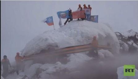 متسلقون يربطون شريط القديس جاورجيوس حول قمة البركان المشهور