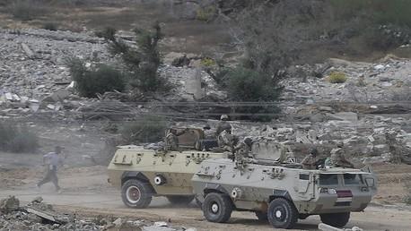 صورة من الأرشيف - مدرعات الجيش المصري على الحدود مع غزة