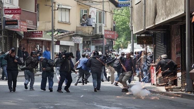 الشرطة التركية تطلق قنابل الغاز وتعتقل 136 من المتظاهرين المتوجهين لساحة تقسيم (فيديو)