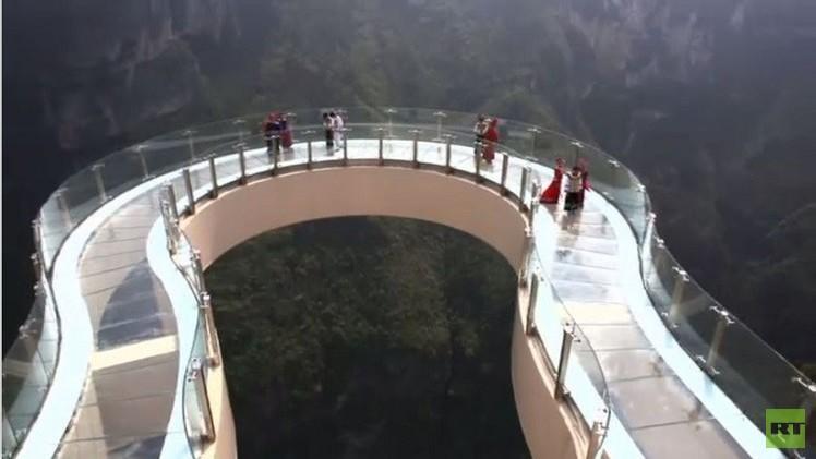 الصين.. السياح على سطح أعلى وأطول ممشى زجاجي (فيديو)