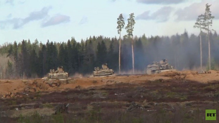 عسكريون استونيون يختبرون دبابات