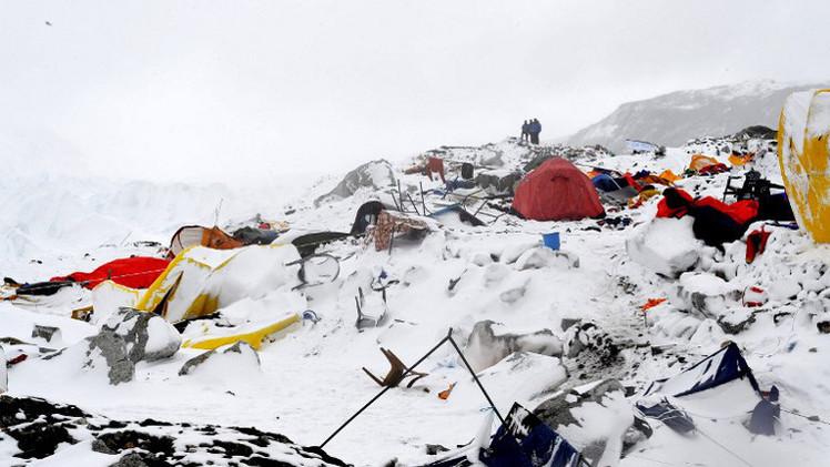 انتشال جثث 100 شخص على الأقل قتلوا بانهيار ثلجي إثر زلزال نيبال