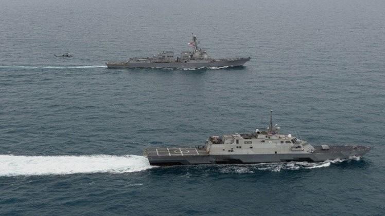 السفن الحربية الأمريكية ترافق سفينة تجارية بريطانية في مضيق هرمز