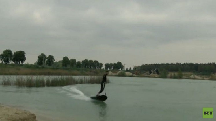 تشيكي يقدم نوعا جديدا من الرياضة المائية (فيديو)