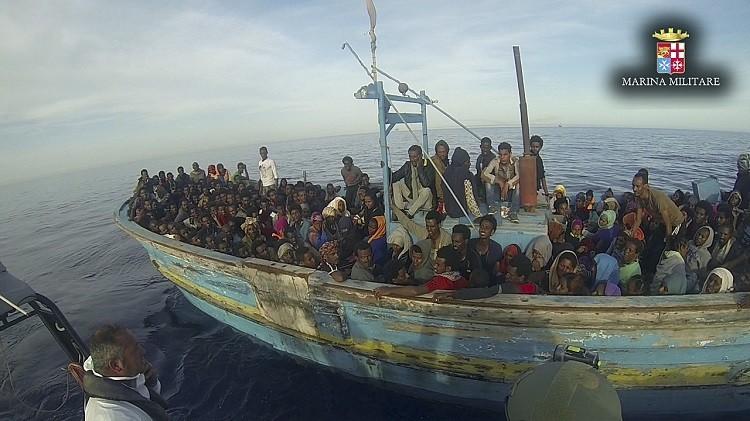 مصرع 40 مهاجرا غير شرعي قبالة سواحل إيطاليا