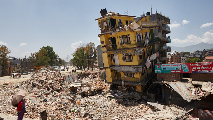 أهالي العاصمة كاتماندو  يزيلون آثار الزلزال في أحد شوارعها