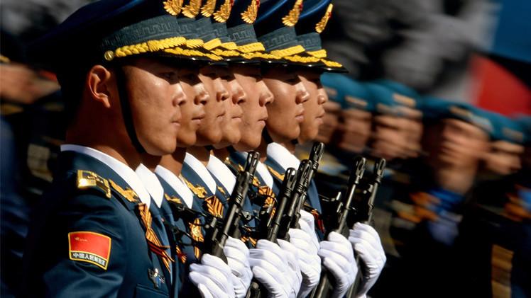 جنود حرس الشرف الصيني يشاركون في الاستعراض العسكري الروسي في الساحة الحمراء