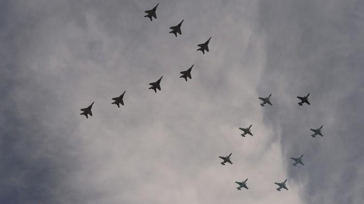 العرض العسكري في الساحة الحمراء بموسكو (صور)