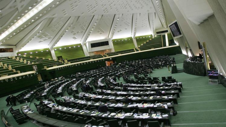 البرلمان الإيراني يلوح بقانون يلزم بوقف المفاوضات النووية