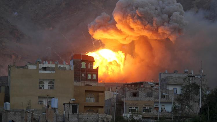 نيران متصاعدة من مخزن للأسلحة في العاصمة صنعاء