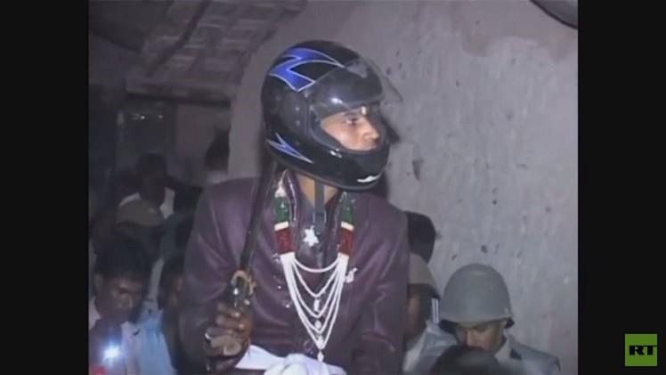 عريس يضطر إلى ارتداء خوذة دراجة نارية خلال موكب زفافه (فيديو)