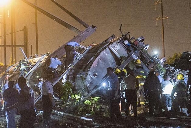 مقتل 6 أشخاص وإصابة العشرات إثر خروج قطار ركاب عن مساره في فيلاديلفيا (فيديو)
