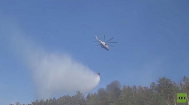 مروحيات لوزارة الطوارئ الروسية تشارك في إخماد حرائق الغابات في جنوب شرق سيبيريا (فيديو)