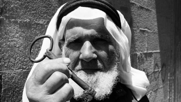 مسن فلسطيني يحمل مفتاح العودة