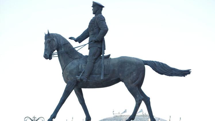 كييف.. مخربون يحطمون لوحة تذكارية لأعظم قائد في الحرب على النازية