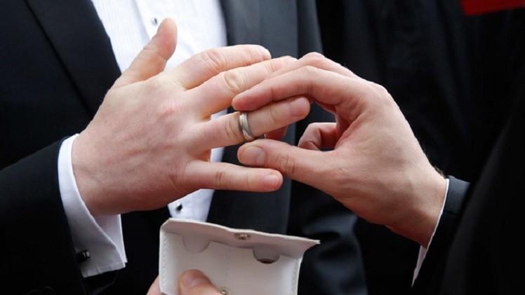 الكنيسة البروتستانتية الرئيسية في فرنسا تسمح بزواج المثليين