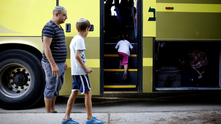 نتنياهو يجمد قرار منع الفلسطينيين من ركوب حافلات مع إسرائيليين