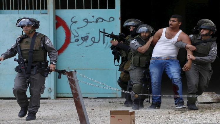 اعتقال 15 شابا فلسطينيا في أنحاء متفرقة من الضفة الغربية