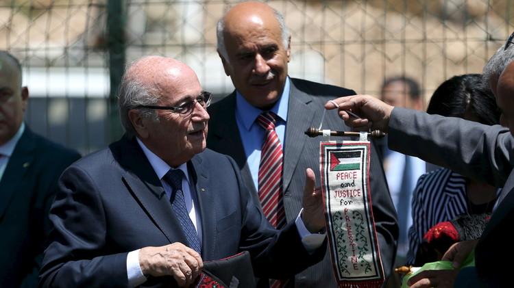 بلاتر يعتبر تعليق عضوية إسرائيل بالفيفا