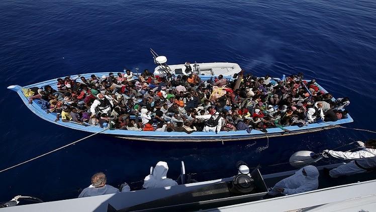 إنقاذ 900 مهاجر غير شرعي قرب السواحل الإيطالية
