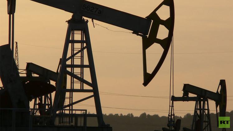 النفط يصعد مع تراجع المخزون الأمريكي وتصاعد القتال في العراق
