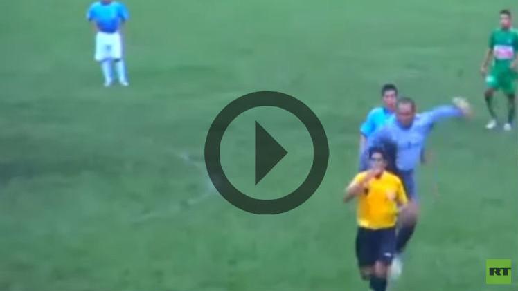 (فيديو) حارس يتهجم على حكم المباراة ويركله بعنف شديد