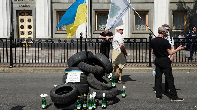 كييف.. احتدام أعمال الشغب أمام البرلمان الأوكراني (فيديو)