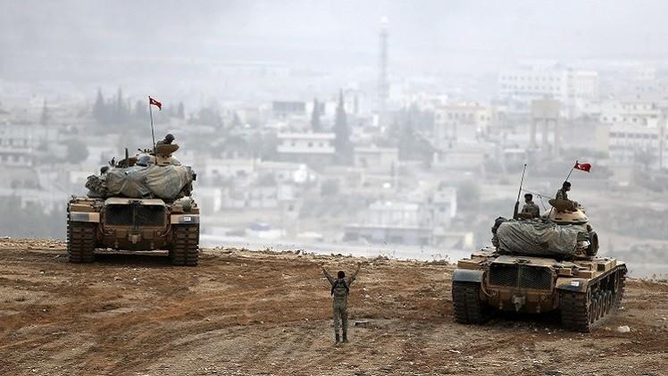 القوات التركية تنقل مركبات مدرعة إلى الحدود السورية