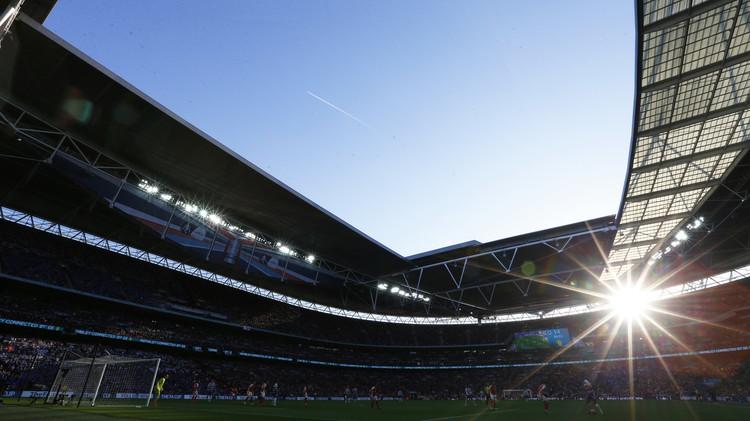(صور) ملعب ويمبلي يواصل احتضان المباريات رغم اكتشاف قنبلة فيه