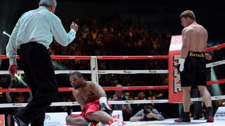 (فيديو) الملاكم الروسي بوفيتكين يقصي الكوبي بيريس بالقاضية بعد دقيقة ونصف فقط