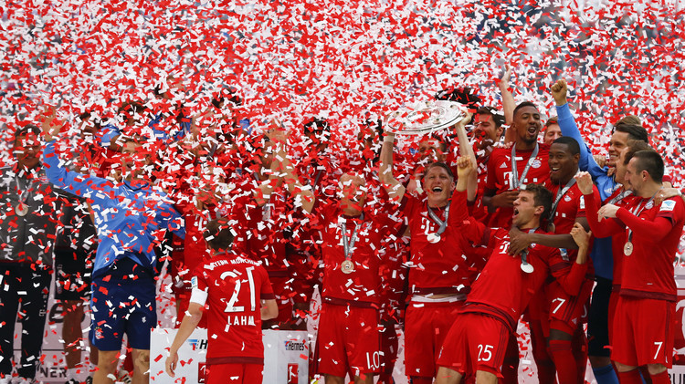 (صور) لاعبو بايرن ميونيخ يرفعون درع الدوري