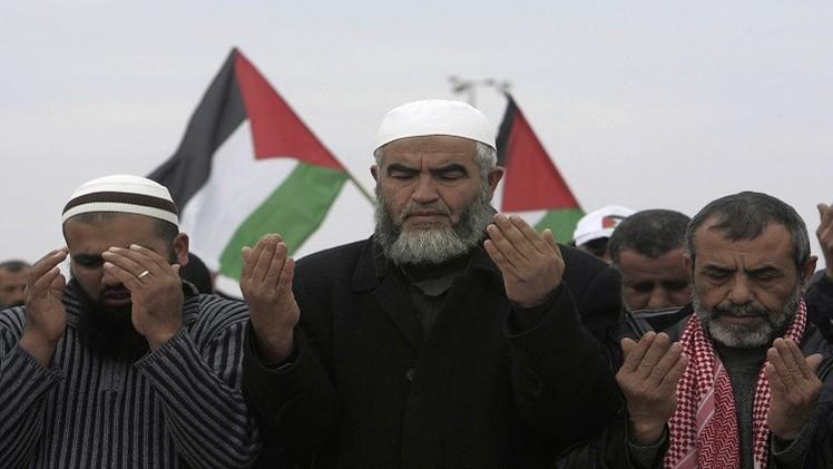 فلسطينيون يتظاهرون احتجاجا على إصدار حكم الإعدام بحق مرسي