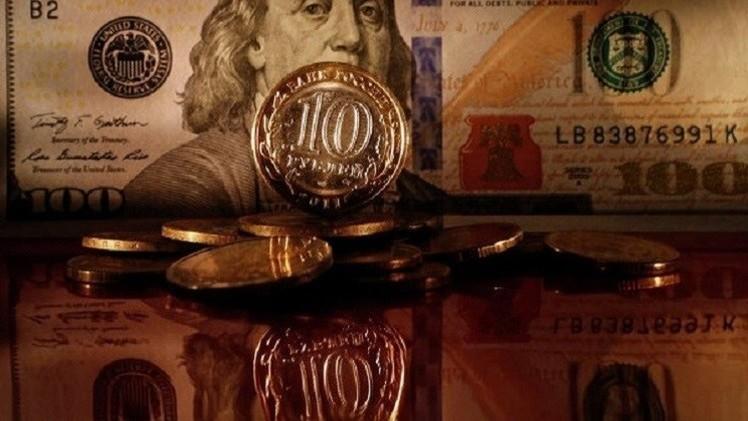 الروبل الروسي يصعد مقابل الدولار واليورو في بداية تعاملات الأسبوع