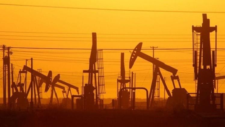 أسعار النفط تتراجع مع صعود الدولار