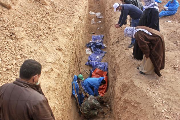 العثور على مقابر جماعية في تكريت شمال بغداد (فيديو)