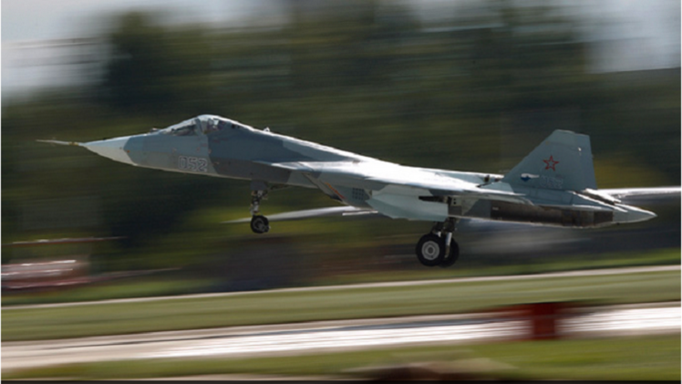 الجيل الخامس من الطائرات الروسية المقاتلة سوخوي يتفوق على نظيره الأمريكي (فيديو)