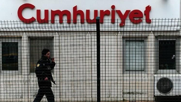 صحيفة تركية معارضة تنشر صور تزويد المعارضة السورية بالأسلحة (فيديو)