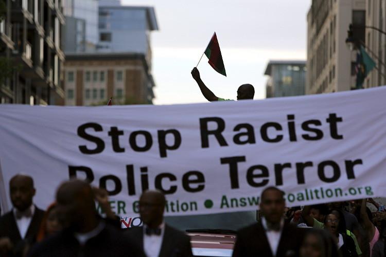 السلطات الأمريكية تدعو إلى ضبط النفس بعد جرح رجلين أسودين على يد الشرطة في أوليمبيا (فيديو)