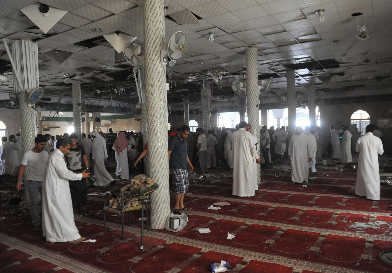 السعودية.. عشرات الآلاف يشيعون قتلى الهجوم على مسجد القطيف (فيديو)