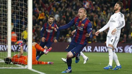 مدافع برشلونة ماثيو يسجل في شباك ريال مدريد