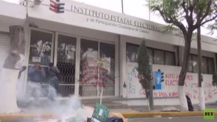 معلمون في المكسيك يحرقون مقرا انتخابيا احتجاجا على أوضاعهم المعيشية (فيديو)