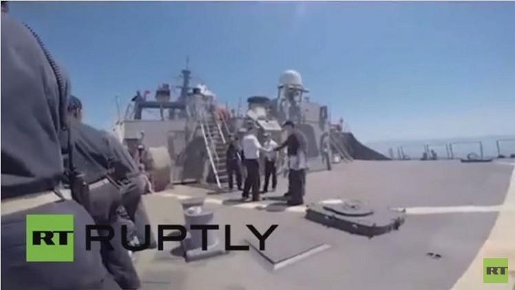 ضباط من البحرية الأوكرانية يلتقون مع قائد المدمرة الأمريكية
