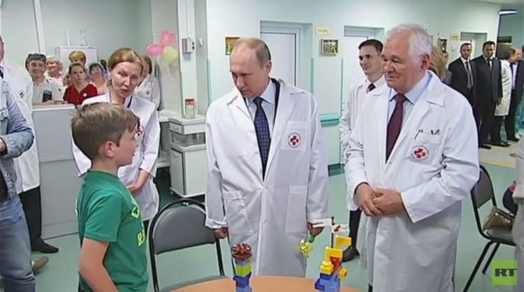 بوتين يزور الأطفال المصابين جراء النزاع الأوكراني (فيديو)