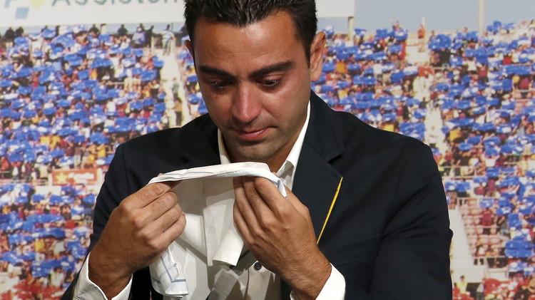 (صور) تشافي يودع برشلونة بالدموع