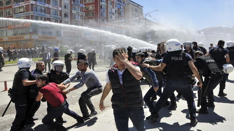 تركيا.. اشتباكات بين قوميين وأكراد عشية الانتخابات البرلمانية (فيديو)