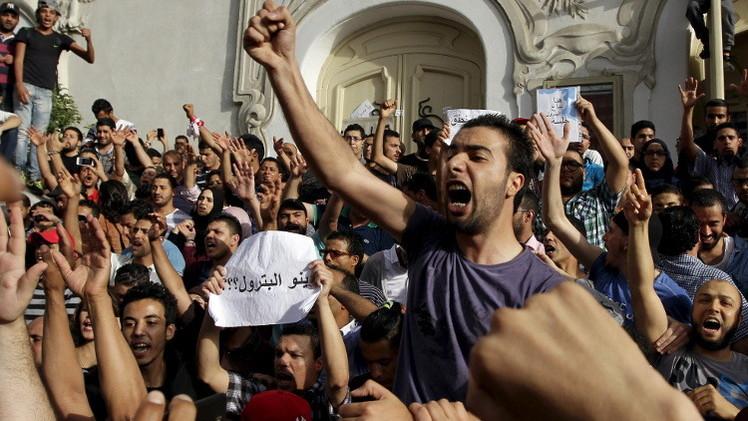 محتجون يحرقون مركزين للشرطة التونسية ضمن حملة