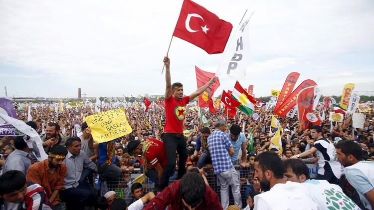 رئيس الوزراء التركي يترأس اجتماعا أمنيا لبحث الاضطرابات الكردية