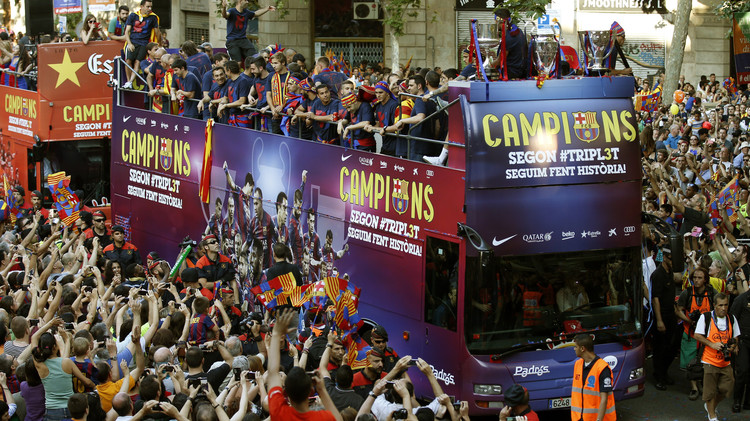 استقبال الأبطال في شوارع برشلونة .. (فيديو)